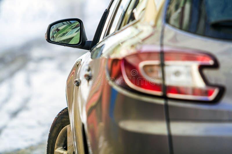 Imagem do detalhe do close-up de um carro com o espelho da vista lateral foto de stock royalty free