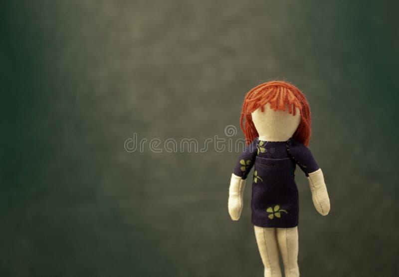 Imagem do dia de St Patrick, boneca dirigida vermelha da menina com vestido do trevo foto de stock