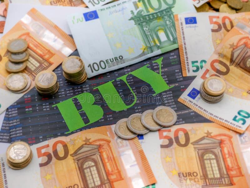 Imagem do dinheiro e a compra da palavra no papel do investimento imagens de stock