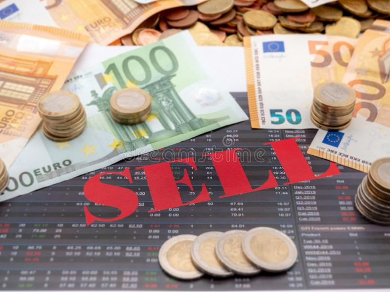 Imagem do dinheiro e da venda da palavra no papel do investimento fotos de stock royalty free
