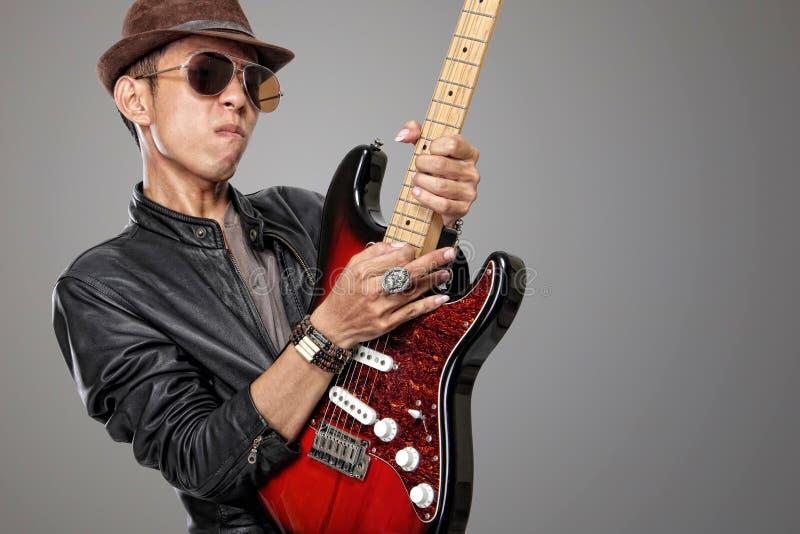 Imagem do estilo de HDR do guitarrista da rocha que joga o seu solo fotos de stock royalty free