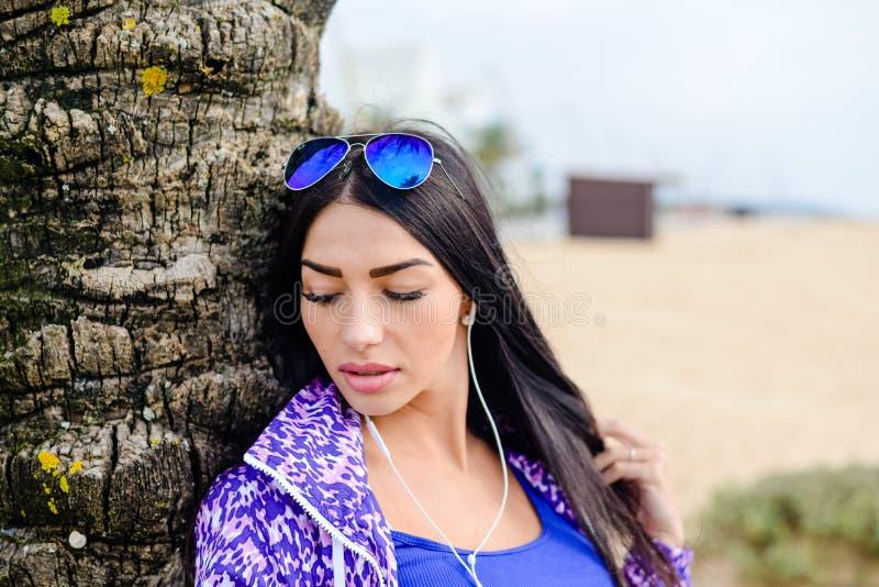 Imagem do estilo de vida do verão da mulher bonita sobre palmeiras imagem de stock