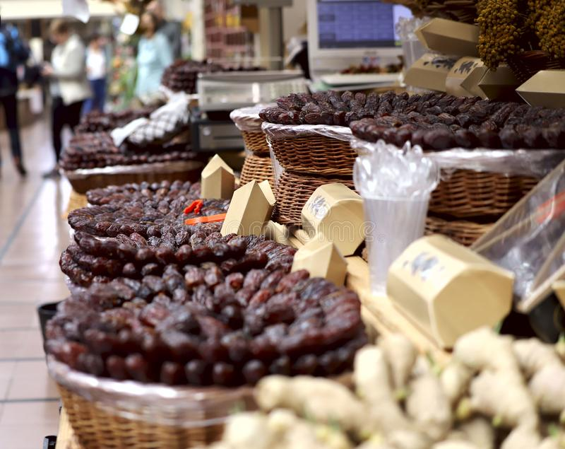 A imagem do fruto nas prateleiras no mercado Mercado Funchal, ilha de Madeira foto de stock royalty free