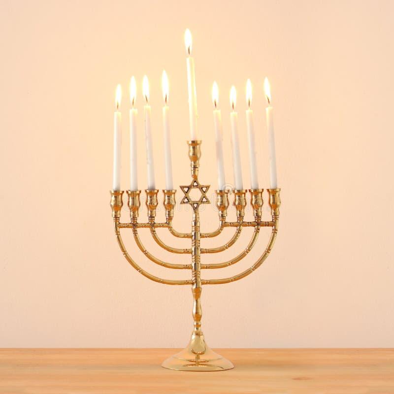 Imagem do fundo judaico do Hanukkah do feriado com menorah & x28; candelabra& tradicional x29; e velas imagem de stock
