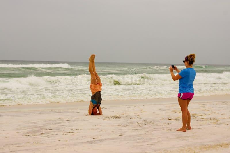 Imagem do Headstand na praia imagem de stock