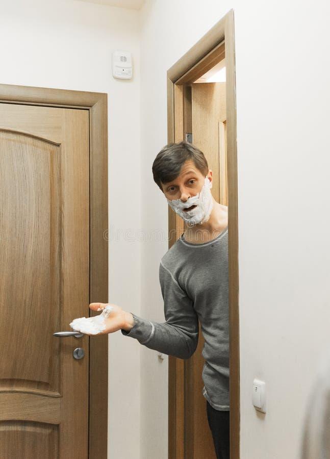 A imagem do homem com rapagem da espuma no banheiro fotografia de stock royalty free