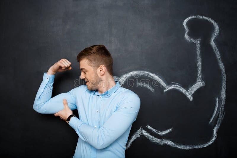 A imagem do homem engraçado com músculo falsificado arma-se foto de stock
