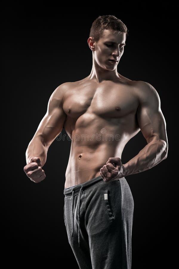 Imagem do homem muito muscular que levanta com torso despido imagem de stock