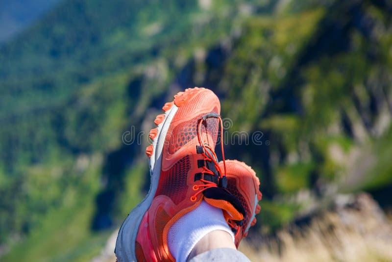 Imagem do homem nas sapatilhas vermelhas e na paisagem montanhosa pitoresca imagem de stock