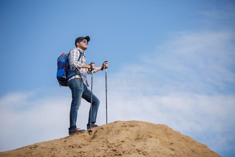 Imagem do homem do turista com as varas para andar no monte fotografia de stock royalty free