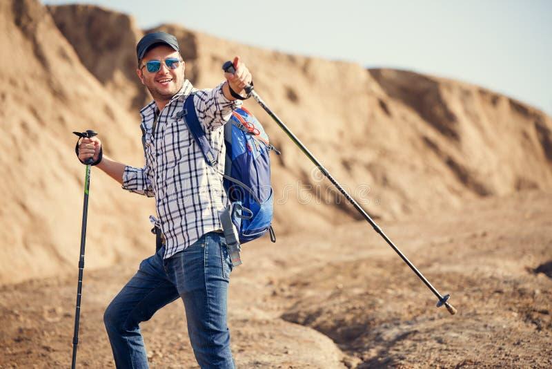 Imagem do homem do turista que aponta a vara para andar para a frente no monte imagens de stock royalty free