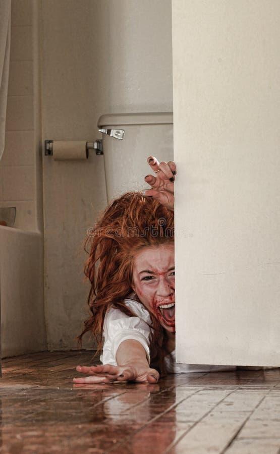 Imagem do horror com sangramento da mulher de Freightened fotografia de stock