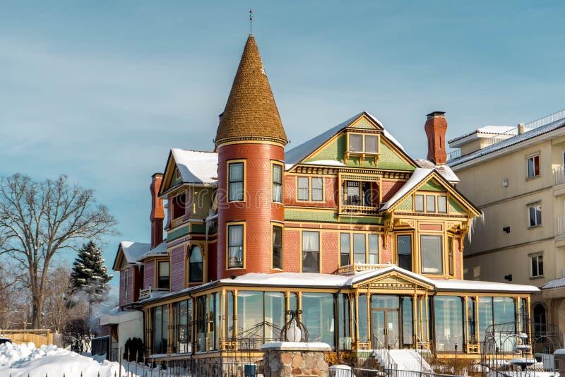 Imagem do inverno 'do restaurante da casa do padeiro com telhado Nevado-coberto, WI de Genebra do lago fotos de stock