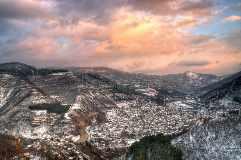 Imagem do inverno com por do sol perto de Tserovo, Bulgária fotos de stock royalty free