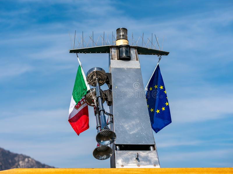 Imagem do Italien e da bandeira europeia em um navio fotografia de stock