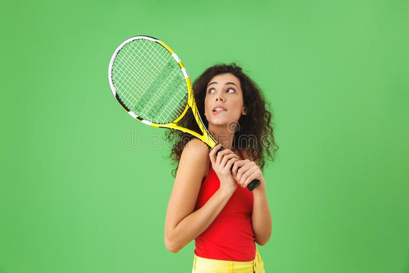 Imagem do jogador de tênis fêmea novo 20s que sorri e que guarda a raquete imagens de stock royalty free