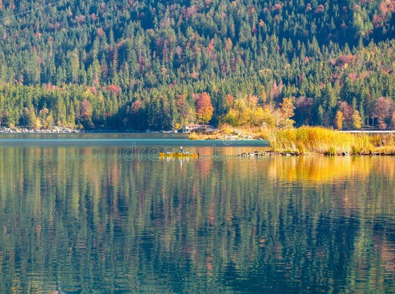 Imagem do kayaker em um lago calmo da montanha no outono foto de stock royalty free