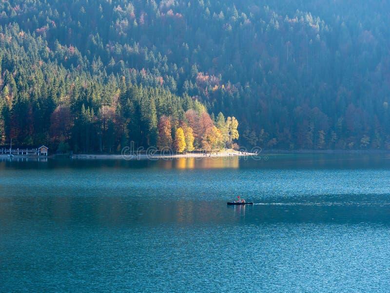 Imagem do kayaker em um lago calmo da montanha no outono imagens de stock royalty free
