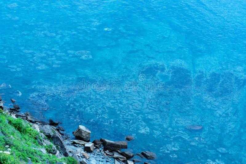 Imagem do mar com água clara com traços inferiores foto de stock