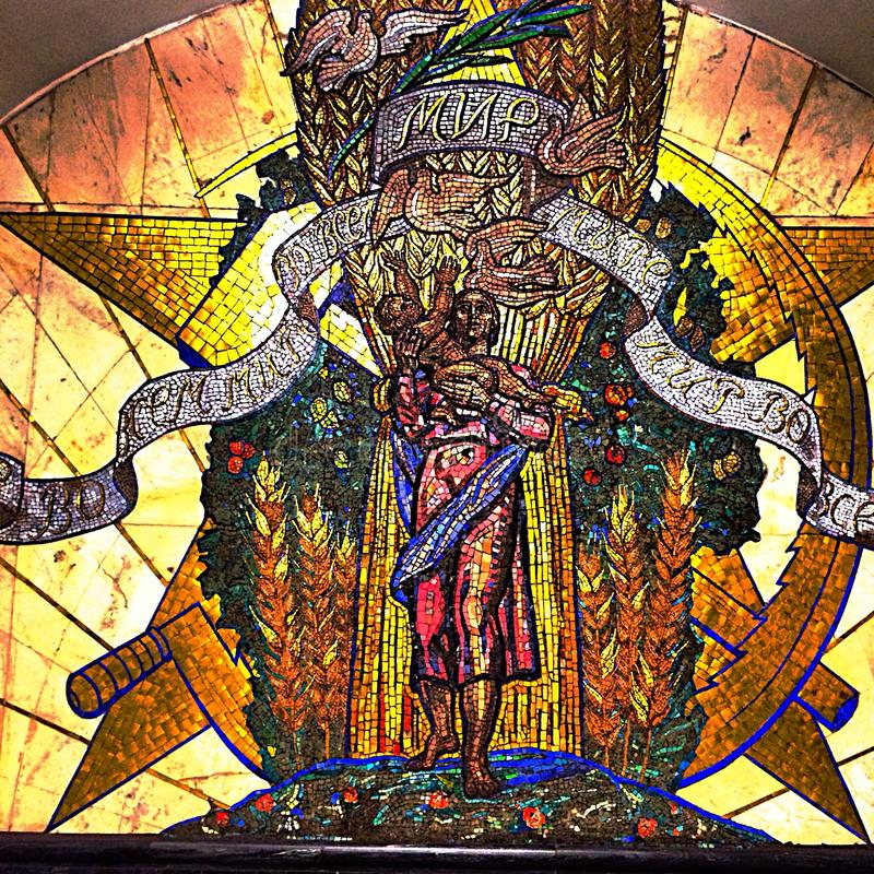 Imagem do mosaico na estação subterrânea de Moscou foto de stock royalty free