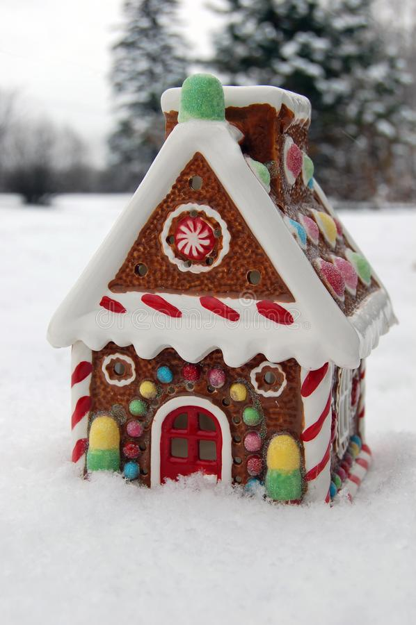 Imagem do Natal do inverno Casa de pão-de-espécie com neve fotografia de stock