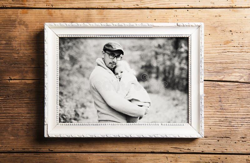 Imagem do pai com a filha no parque Conceito do dia de pais fotografia de stock royalty free