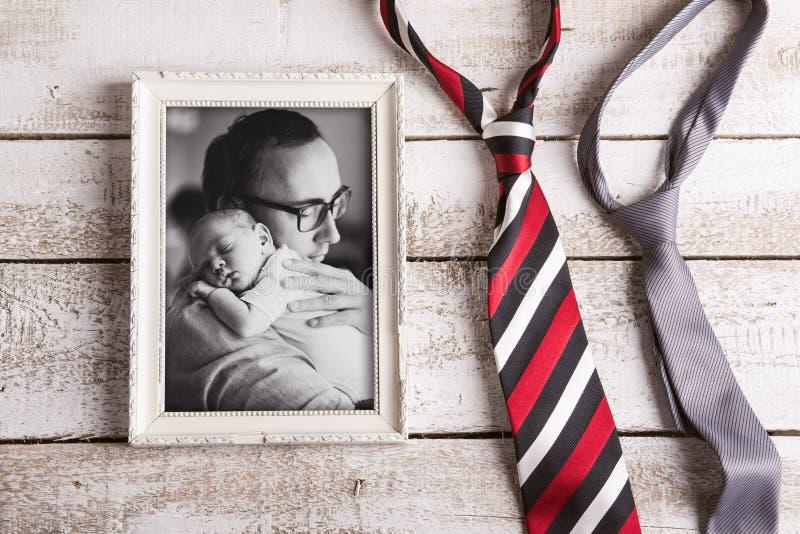 Imagem do pai que guarda o filho do bebê Dia de pais Tiro do estúdio imagem de stock