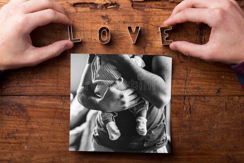 Imagem do pai que guarda seu bebê pequeno Dia de pais foto de stock