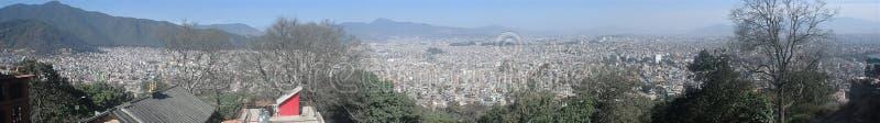 Imagem do panorama de Kathmandu como visto da parte superior do templo do macaco fotografia de stock royalty free