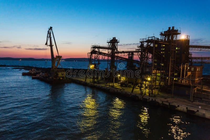 Imagem do panorama do porto iluminado da carga em Crimeia na noite foto de stock