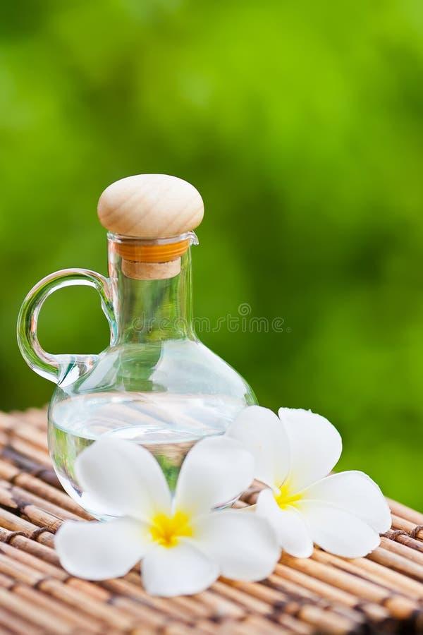 Imagem do petróleo essencial e das flores   foto de stock