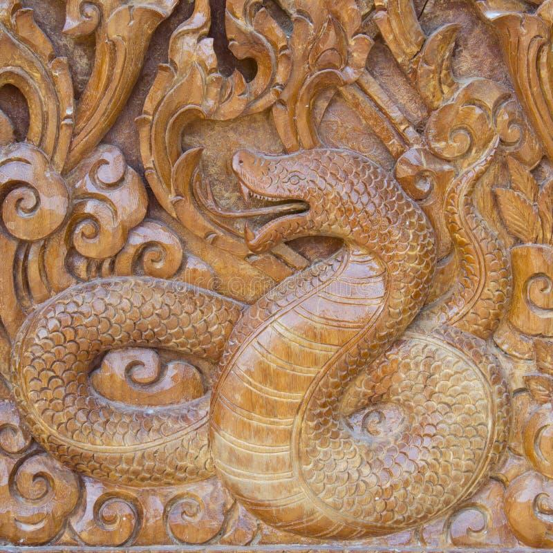 Download Serpente na madeira imagem de stock. Imagem de ornate - 29839093