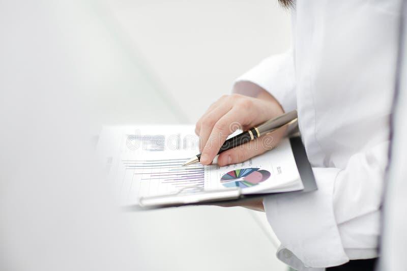 Imagem do relatório financeiro das verificações da mulher de negócio foto de stock