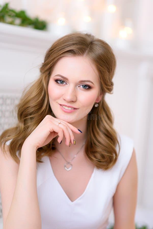 Imagem do retrato de uma menina bonita nova e natural que olha com seu relance encantador e suave em linha reta na câmera imagem de stock royalty free