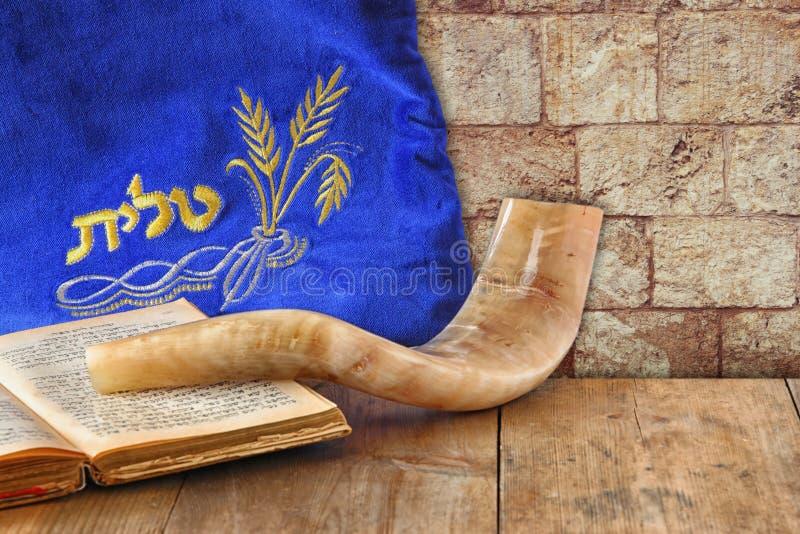 Imagem do shofar (chifre) e do caso da oração com o talit da palavra (oração) escrito nele Sala para o texto concep do hashanah d fotos de stock