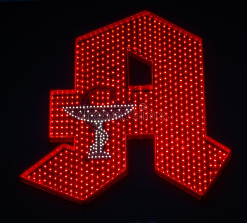 Imagem do sinal alemão iluminado vermelho da farmácia com fundo escuro imagens de stock royalty free