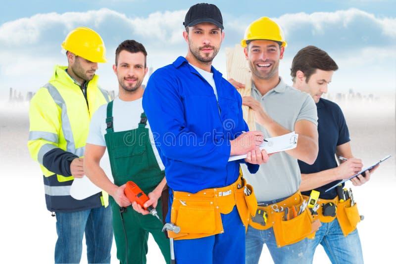 Imagem do trabalhador manual na escrita total azul na prancheta fotografia de stock royalty free