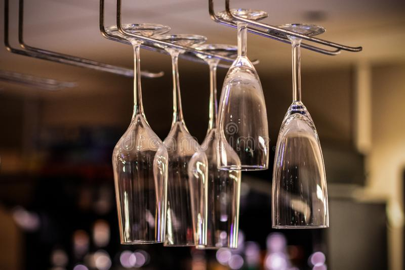 Imagem do vidro do champanhe na cremalheira no café foto de stock