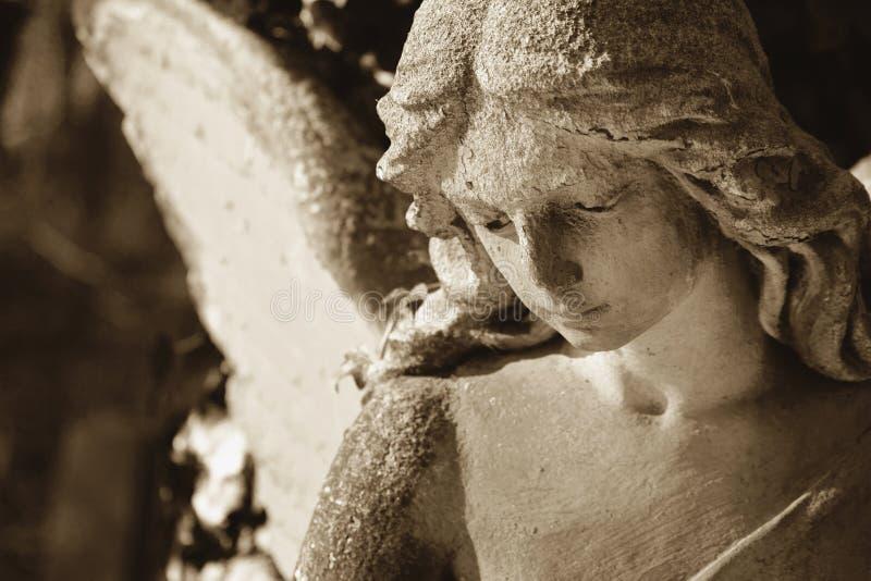 Imagem do vintage de um anjo triste em um cemitério imagens de stock royalty free