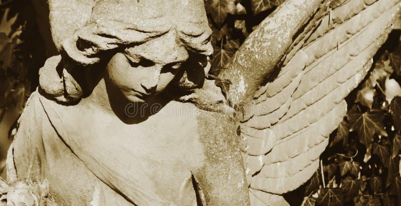 Imagem do vintage de um anjo triste em um cemitério contra o backgroun fotografia de stock royalty free