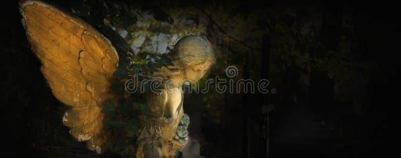 Imagem do vintage de um anjo triste em um cemitério contra o backgroun foto de stock royalty free
