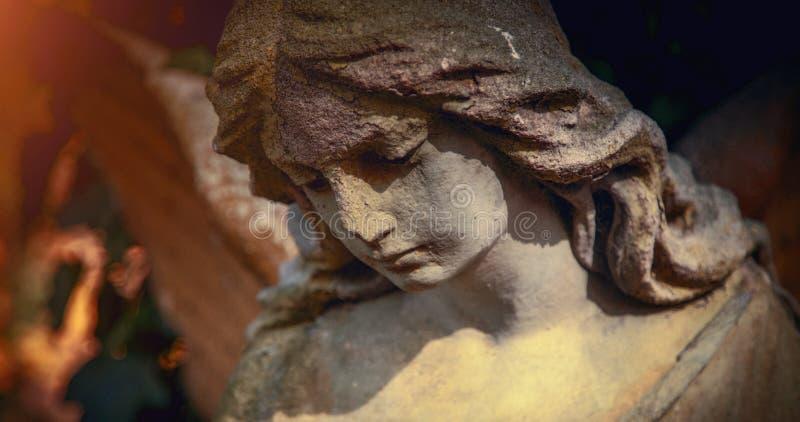 Imagem do vintage de um anjo triste Estilizado retro fé, religião, cristandade, morte, conceito da imortalidade fotos de stock royalty free