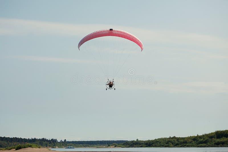 Imagem do voo dos pares no paraglider de Moto imagem de stock royalty free