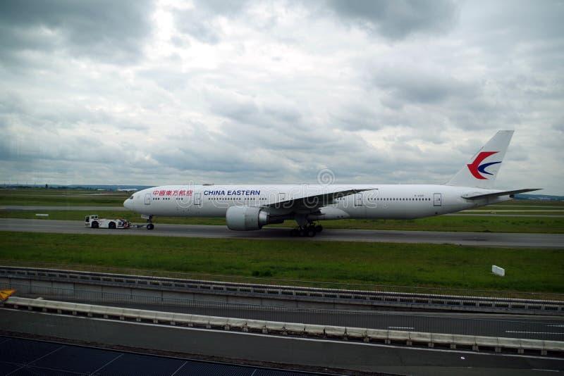 A imagem do voo oriental de China apenas aterrou e juntando-se a lhe zona de estacionamento de s foto de stock royalty free