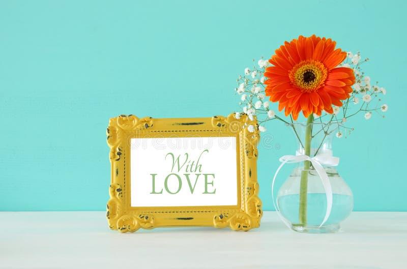 Imagem do women& internacional x27; conceito do dia de s com a flor bonita no vaso na tabela de madeira fotos de stock