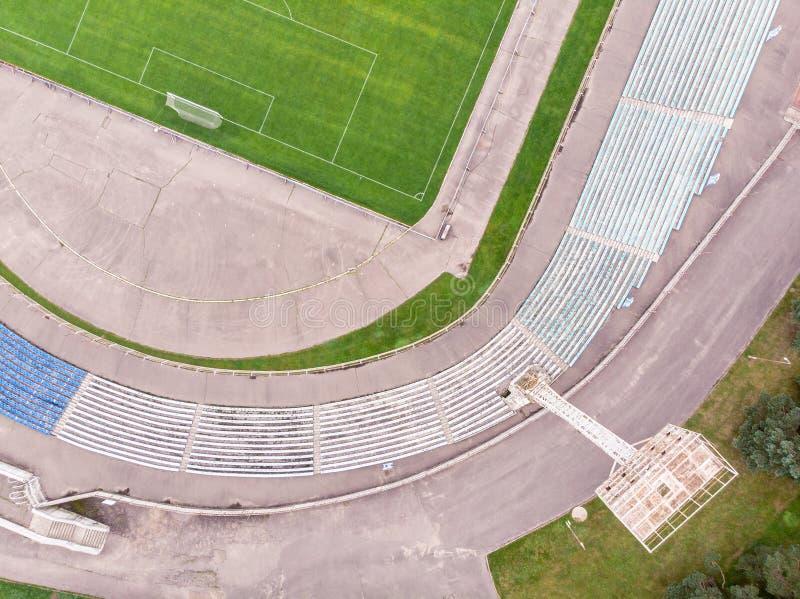 Imagem do zangão do estádio da cidade com campo e assentos de futebol aéreo imagem de stock royalty free
