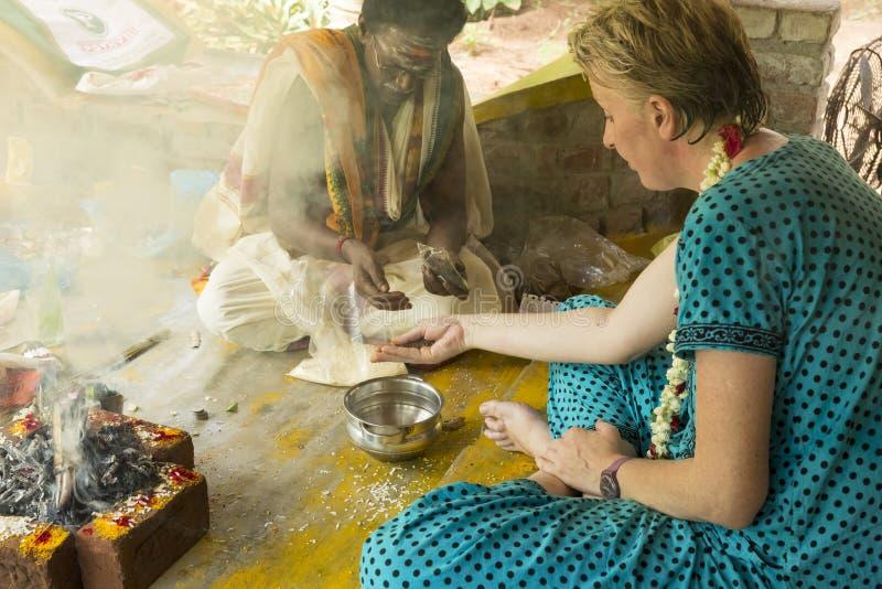 Imagem documentável editorial Puja Thila Homa na Índia fotografia de stock