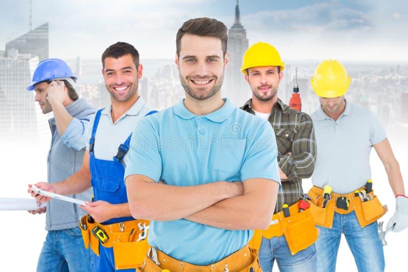 Imagem dos braços eretos do carpinteiro feliz cruzados imagem de stock royalty free