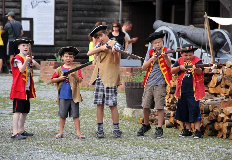 Imagem dos meninos novos que juntam-se à atividade do Exército do rei, forte William Henry, lago George, New York, 2015 imagem de stock royalty free