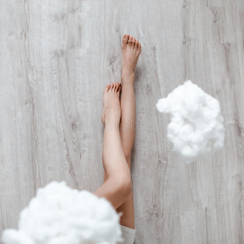 Imagem dos pés no assoalho nas nuvens imagem de stock royalty free